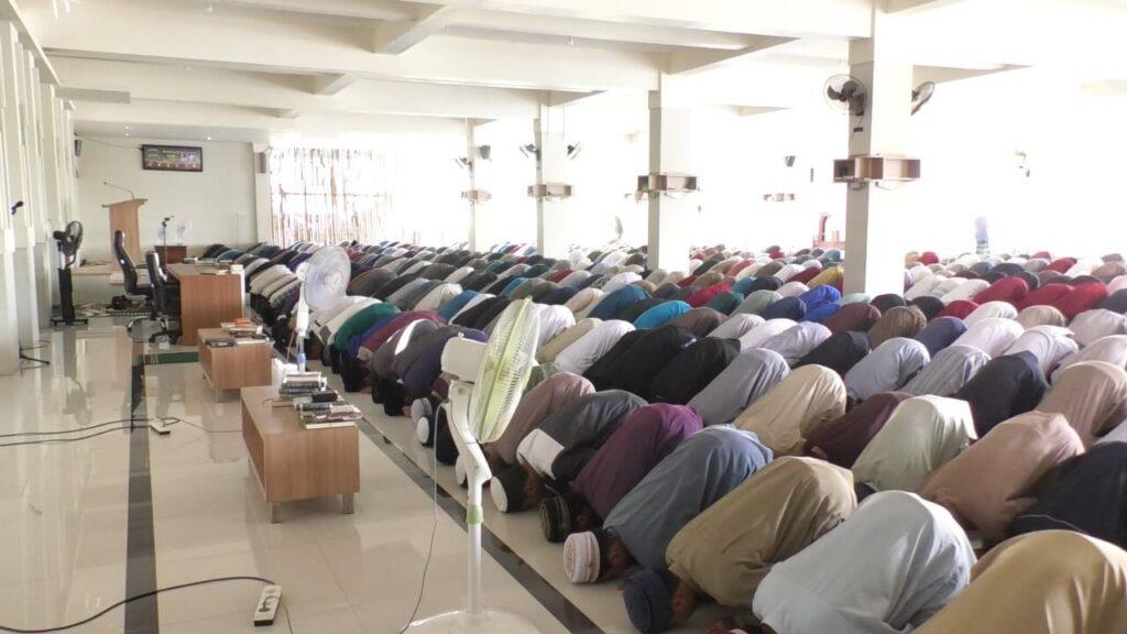 Sholat Jamaah di Masjid Baitul Makmur